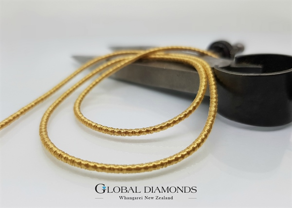 18ct Yellow Gold Ribbon Neck Wire