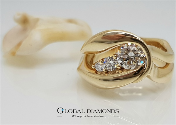9ct Yellow Gold Diamond Shell Ring